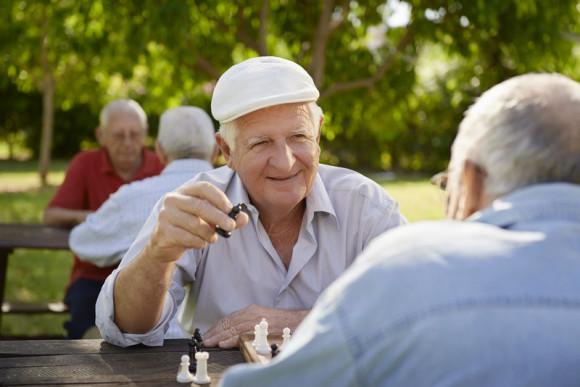 пенсионеры играют в шахматы